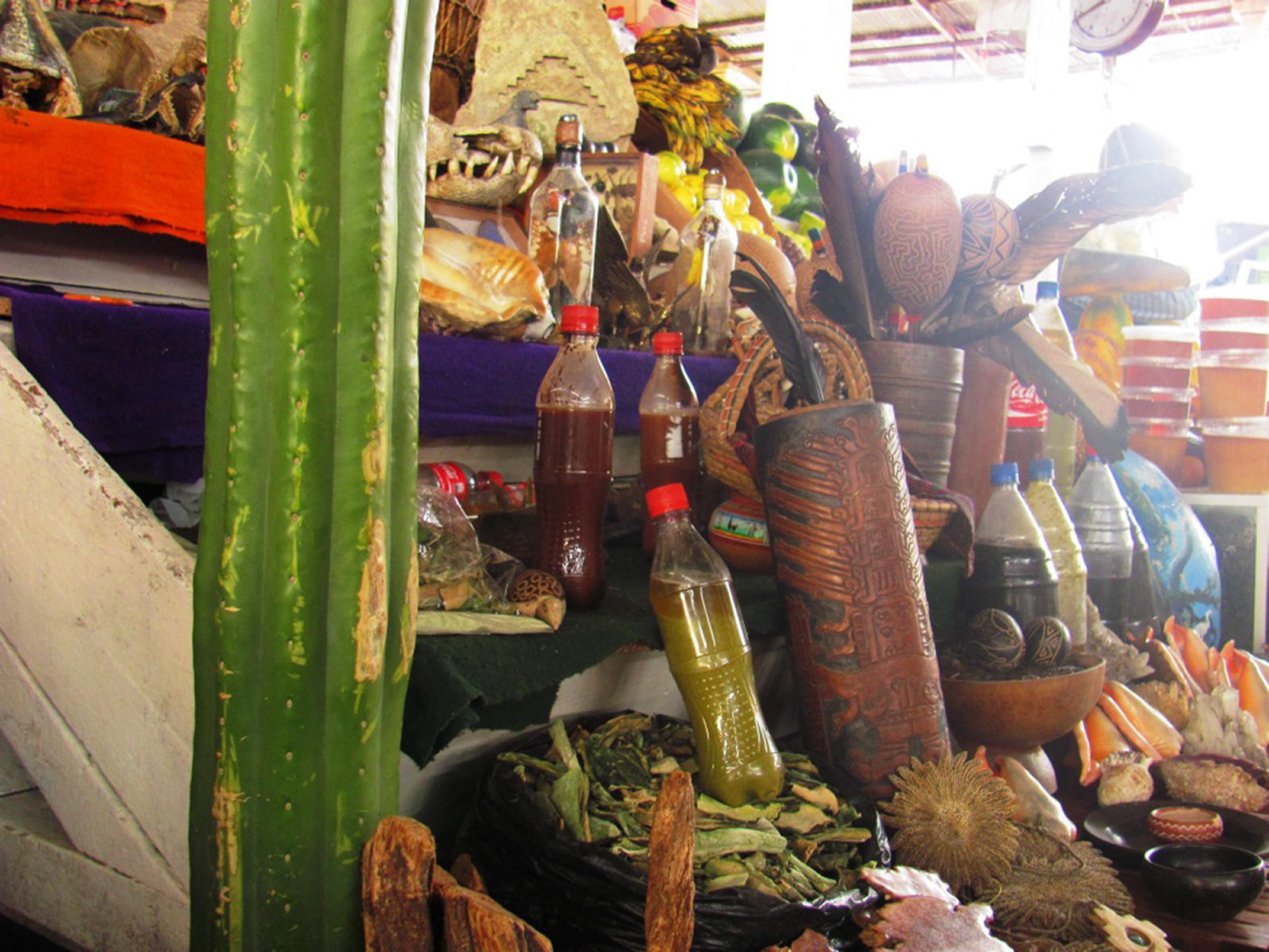 """Quem preferir uma cerimônia """"self-service"""" pode encontrar plantas in natura ou as bebidas prontas à venda nos mercados de Cusco"""