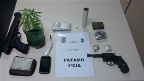 A-56.CF.POLÍCIA.PM_prende_homem_com_pé_e_tabletes_de_maconha.Divulgação