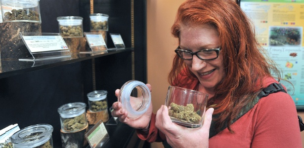 lori-harvey-de-ashland-oregon-cheira-marijuana-antes-de-fazer-a-compra-em-uma-loja-1443742075640_615x300
