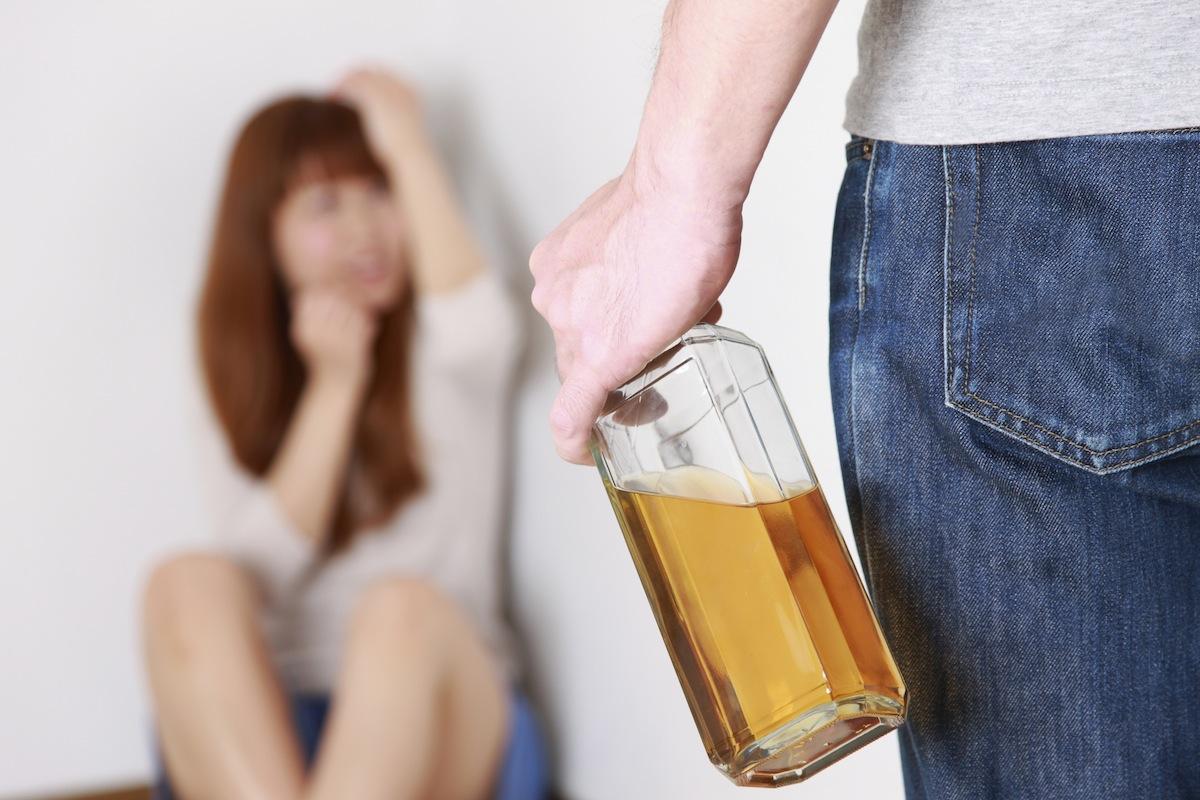 Novo estudo confirma: álcool promove violência, enquanto maconha reduz a agressividade