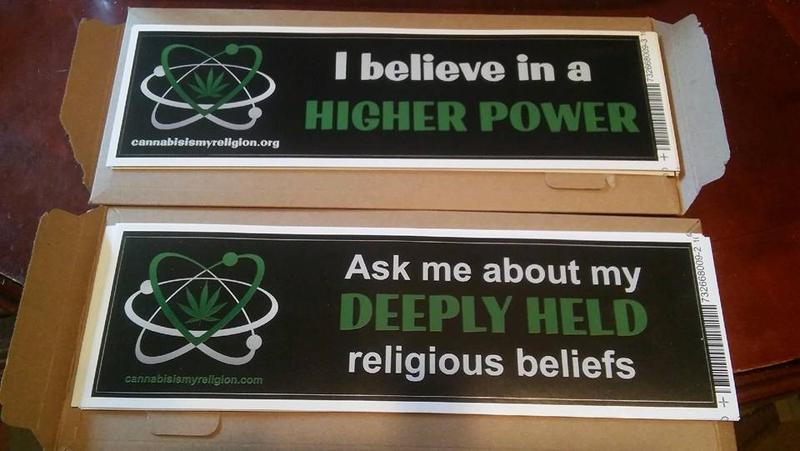 Se liga só nas mensagens dos adesivos da First Cannabis Church of Logic And Reason