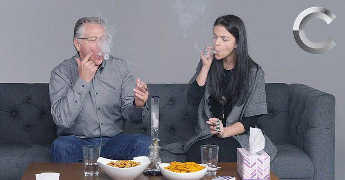 Vídeo mostra pais e filhos fumando maconha juntos pela primeira vez