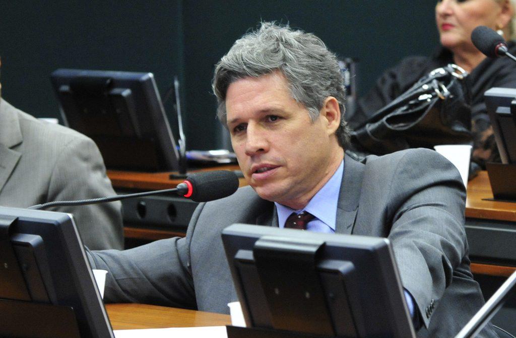 Projeto de lei de Paulo Teixeira propõe regulamentação da cannabis no Brasil